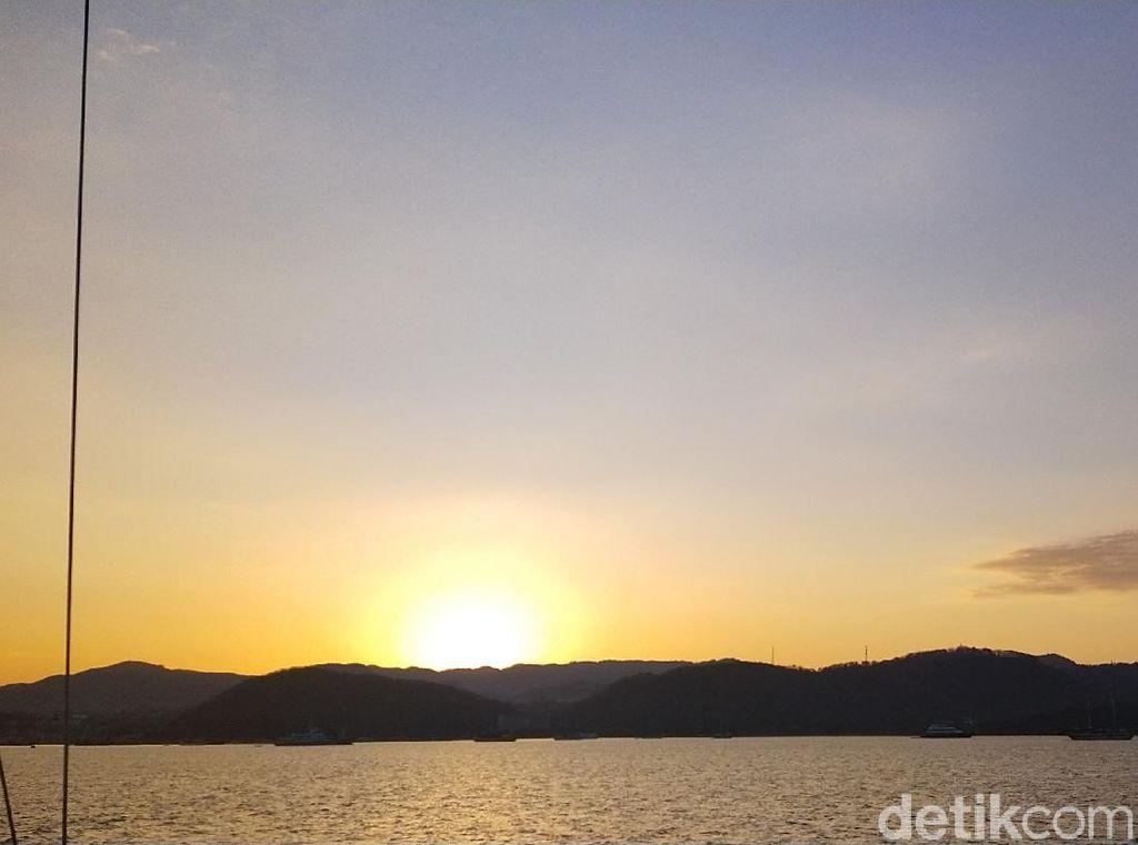 Sunrise Terbaik Labuan Bajo Ada di Laut