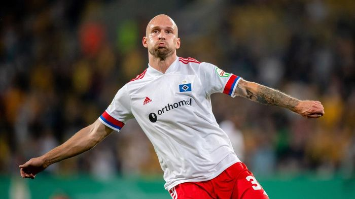 DRESDEN, GERMANY - SEPTEMBER 14: Toni Leistner of Hamburger SV in action during the DFB Cup first round match between Dynamo Dresden and Hamburger SV at Rudolf-Harbig-Stadion on September 14, 2020 in Dresden, Germany. (Photo by Thomas Eisenhuth/Getty Images)