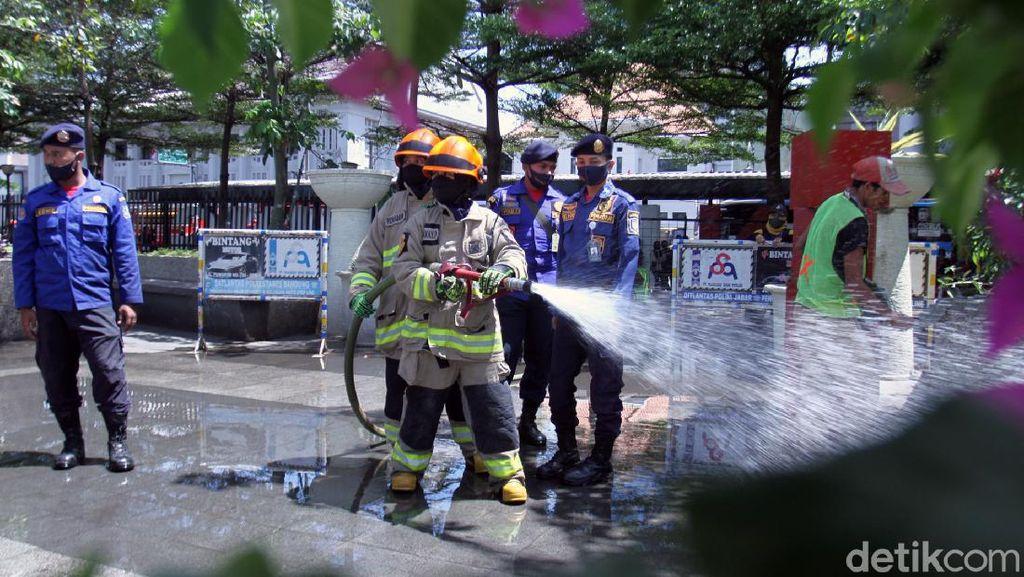 Antisipasi Corona, Pasar-Jalan Kota Bandung Disemprot Disinfektan
