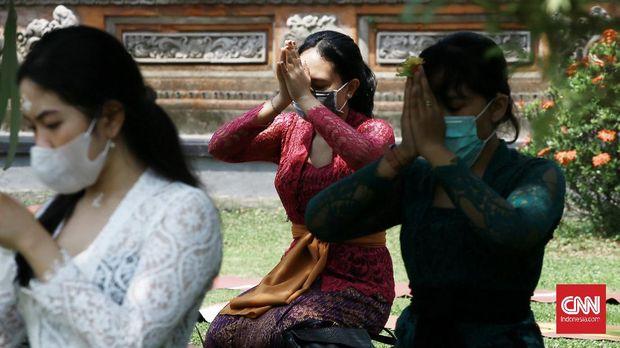 Masyarakat Bali beragama hindu merayakan Hari Raya Galungan di Pura Amerta Jati,  jalan Punak, Pangkalan Jati,  Jakarta Selatan. Hari galungan sebagai sebagai hari kemenangan dharma (kebaikan) melawan adharma (keburukan), yang jatuh hari ini Rabu (16/9/2020). CNN Indonesia/Andry Novelino