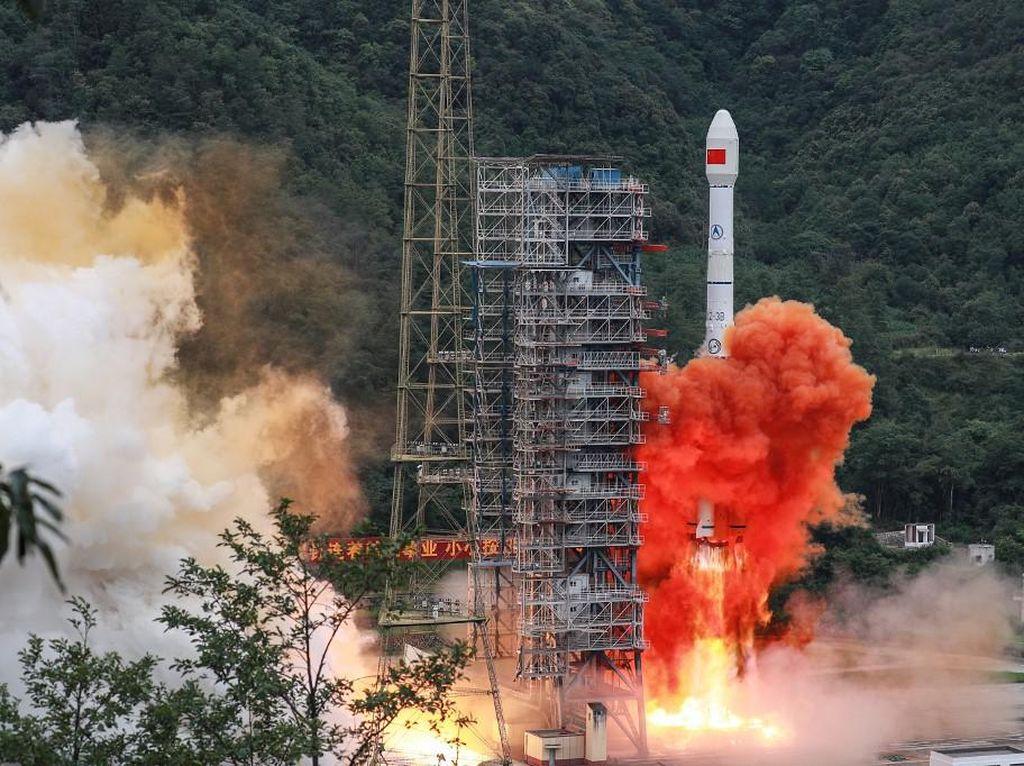 China Luncurkan 9 Satelit ke Luar Angkasa, Pertama Kali dari Landasan Laut
