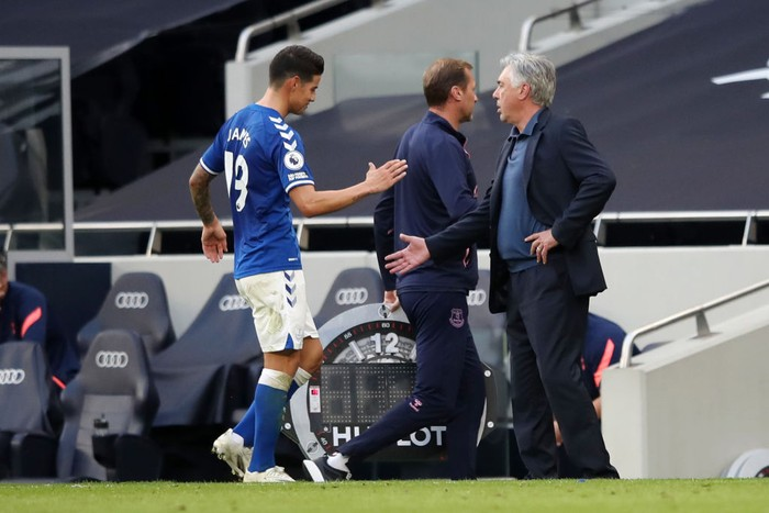 LONDON, ENGLAND - SEPTEMBER 13: Carlo Ancelotti, Manager of Everton speaks to James Rodriguez of Everton after he is subbed during the Premier League match between Tottenham Hotspur and Everton at Tottenham Hotspur Stadium on September 13, 2020 in London, England. (Photo by Alex Pantling/Getty Images)