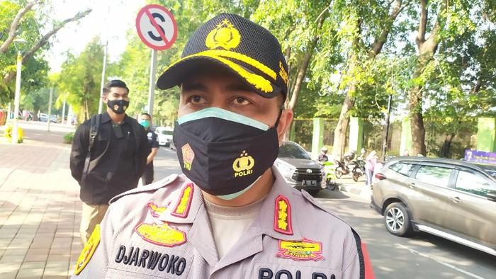 "Kalau kita paham penggunaan masker diwajibkan kepada seluruh masyarakat yang keluar dari rumah, bukan keluar dari dalam mobil,"" begitu tutur Kapolres Jakarta Utara Kombes Sudjarkwoko pada para wartawan."