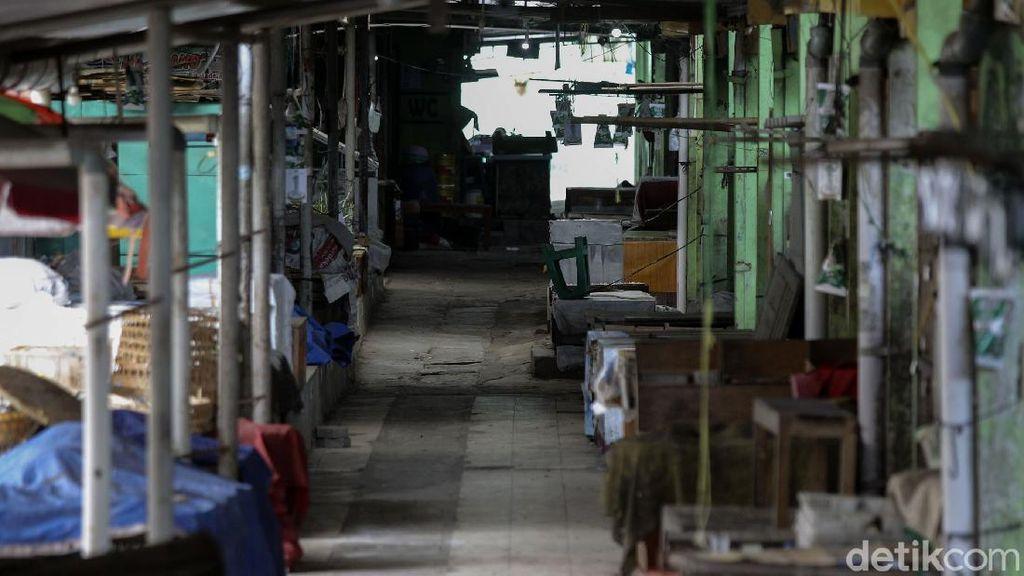 Suasana pasar Cebongan, Sleman saat ditutup oleh Pemerintah Kabupaten Sleman untuk sterilisasi, Sleman, Yogyakarta, Rabu (16/9/2020). Dinas Kesehatan Sleman menyatakan Pasar Cebongan menjadi salah satu klaster penularan virus Corona atau COVID-19 setelah ditemukan 19 orang yang positif .Pasar Cebongan ditutup sementara selama tiga hari hingga 17 September 2020. detikcom/PIUS ERLANGGA