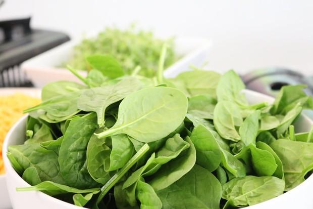 sayuran hijau seperti bayam merupakan makanan sehat untuk tidur lebih nyenyak