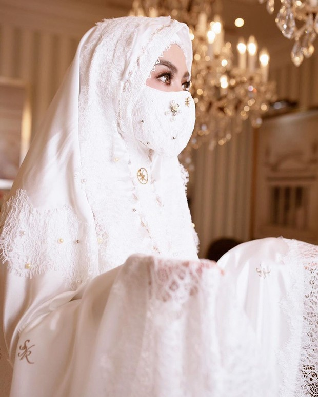 Gaya mewah Syahrini menggunakan masker dan face shield