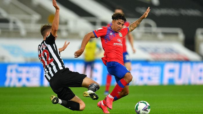 NEWCASTLE UPON TYNE, ENGLAND - SEPTEMBER 15: Dan Barlaser of Newcastle United and Tyrhys Dolan of Blackburn Rovers battle for the ball  during the Carabao Cup Second Round match between Newcastle United and Blackburn Rovers at St. James Park on September 15, 2020 in Newcastle upon Tyne, England. (Photo by Paul Ellis - Pool/Getty Images)