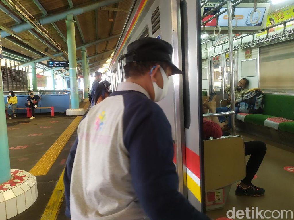 Pengguna KRL di Stasiun Juanda Masih Gunakan Masker Scuba-Buff