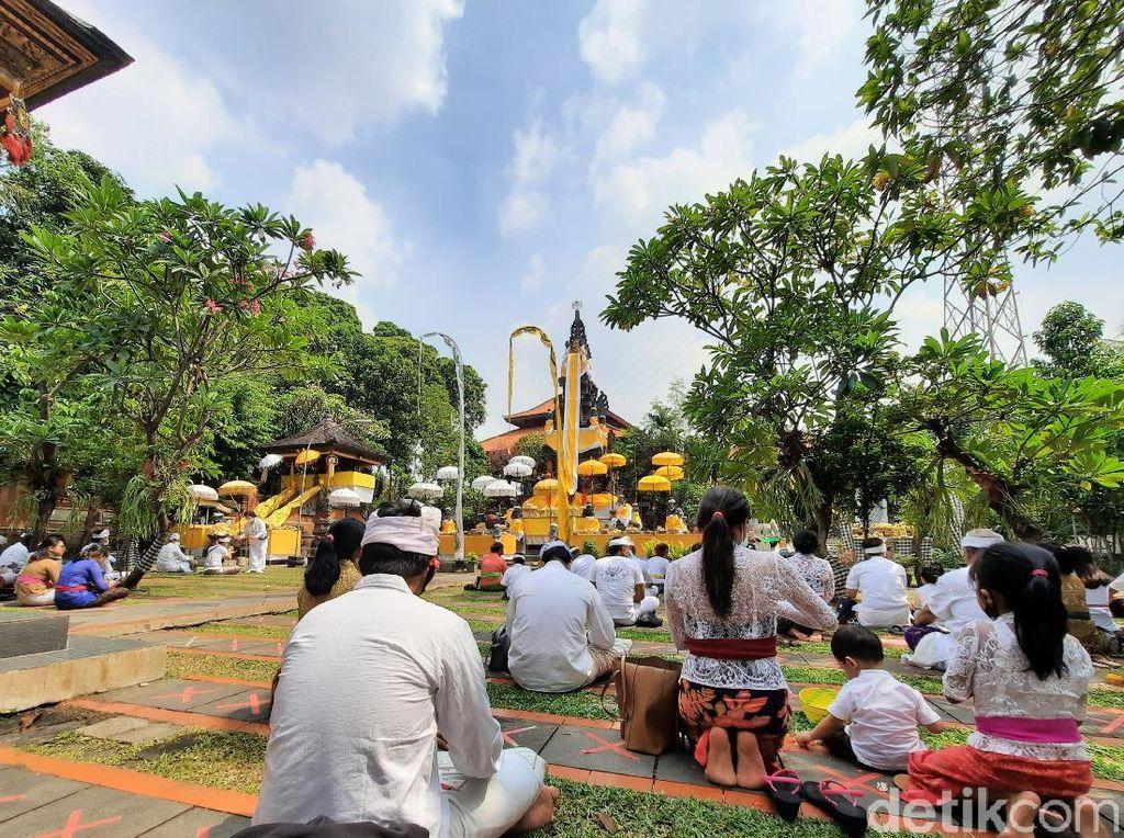 Umat Hindu DKI Rayakan Galungan dengan Protokol Kesehatan