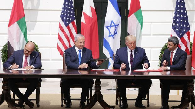 WASHINGTON, DC - SEPTEMBER 15: (L-R) Foreign Affairs Minister of Bahrain Abdullatif bin Rashid Al Zayani, Prime Minister of Israel Benjamin Netanyahu, U.S. President Donald Trump, and Foreign Affairs Minister of the United Arab Emirates Abdullah bin Zayed bin Sultan Al Nahyan participate in the signing ceremony of the Abraham Accords on the South Lawn of the White House September 15, 2020 in Washington, DC. Witnessed by President Trump, Prime Minister Netanyahu signed a peace deal with the UAE and a declaration of intent to make peace with Bahrain.   Alex Wong/Getty Images/AFP