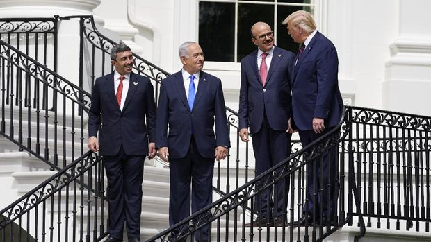 President Donald Trump, right, speaks with United Arab Emirates Foreign Minister Abdullah bin Zayed al-Nahyan, Israeli Prime Minister Benjamin Netanyahu and Bahrain Foreign Minister Khalid bin Ahmed Al Khalifa, during the Abraham Accords signing ceremony on the South Lawn of the White House, Tuesday, Sept. 15, 2020, in Washington. (AP Photo/Alex Brandon)