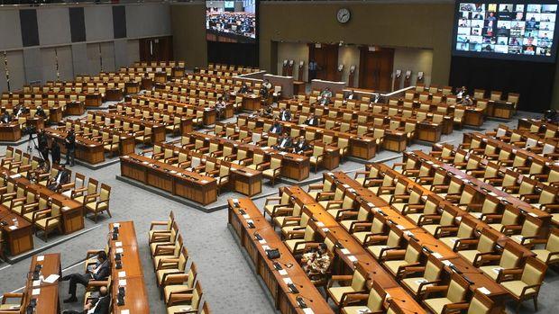 Suasana rapat paripurna pembahasan dan pengesahan RUU tentang Pertanggungjawaban Pelaksanaan APBN TA 2019 dengan kehadiran fisik dan virtual anggota parlemen di Gedung Nusantara II, Kompleks Parlemen Senayan, Jakarta, Selasa (15/9/2020). DPR menyetujui RUU P2APBN 2019 disahkan menjadi Undang-Undang. ANTARA FOTO/Puspa Perwitasari/pras.