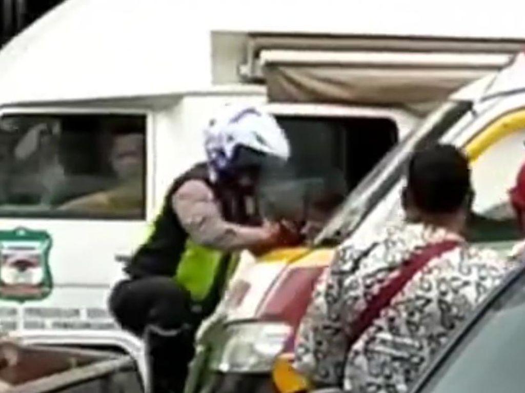 Alamak! Sopir Angkot di Siantar Lawan-Tabrak Polantas yang Urai Kemacetan