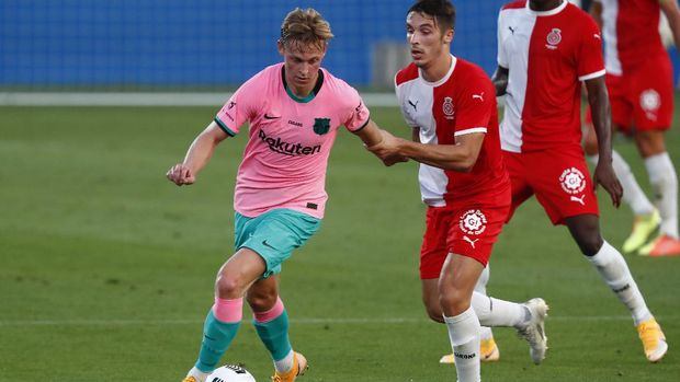 Barcelona's Frenkie de Jong, left, in action during the pre-season friendly soccer match between Barcelona and Girona at the Johan Cruyff Stadium in Barcelona, Spain, Wednesday, Sept. 16, 2020. (AP Photo/Joan Monfort)