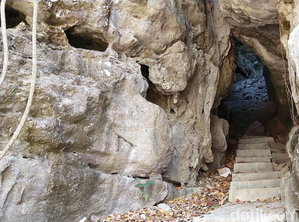 Batu Cermin, Tempat Persembunyian Orang Bajo