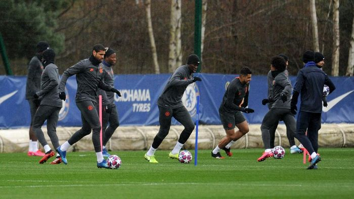 COBHAM, ENGLAND - FEBRUARY 24: Players of Chelsea participate in a training session ahead of their UEFA Champions League Round of 16 first leg match against Bayern Munich at Chelsea Training Ground on February 24, 2020 in Cobham, England. (Photo by Alex Burstow/Getty Images)