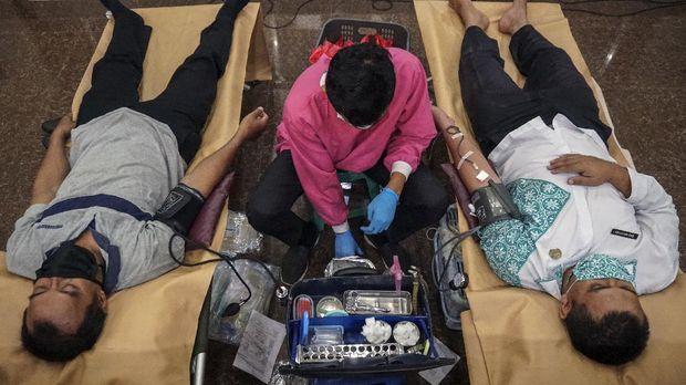 Sejumlah Aparatur Sipil Negara (ASN) menggunakan masker mengikuti donor darah sukarela di Pekalongan, Jawa Tengah, Selasa (8/9/2020). Pemerintah setempat bersama Palang Merah Indonesia (PMI) mengadakan donor darah di lingkungan pemerintahan untuk menambah stok darah PMI Kota Pekalongan yang semakin menipis saat pandemi COVID-19. ANTARA FOTO/Harviyan Perdana Putra/foc.