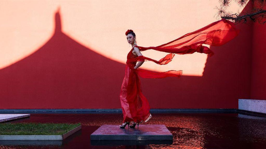10 Foto Keindahan Gaun Merah di Beijing Fashion Week 2020
