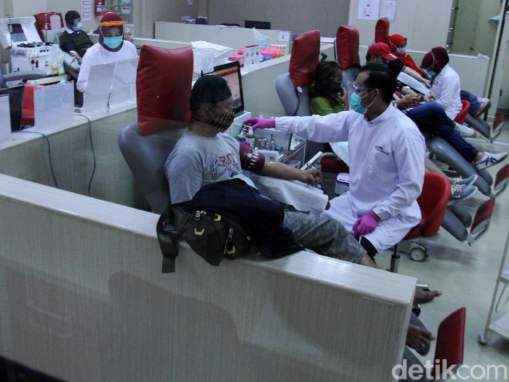 HUT ke-75 PMI, Warga Bandung Antusias Donorkan Darah
