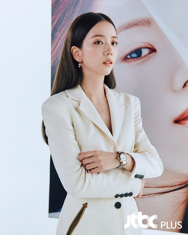 Sehun dan Jisoo menjadi dua dari tiga bintang untuk projek digital 'Pasha de Cartier'.
