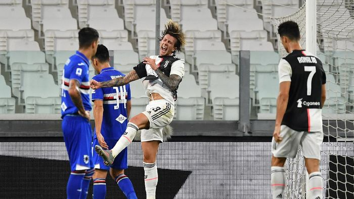 TURIN, ITALY - JULY 26:  Federico Bernardeschi (C) of Juventus celebrates a goal during the Serie A match between Juventus and  UC Sampdoria at Allianz Stadium on July 26, 2020 in Turin, Italy.  (Photo by Valerio Pennicino/Getty Images)