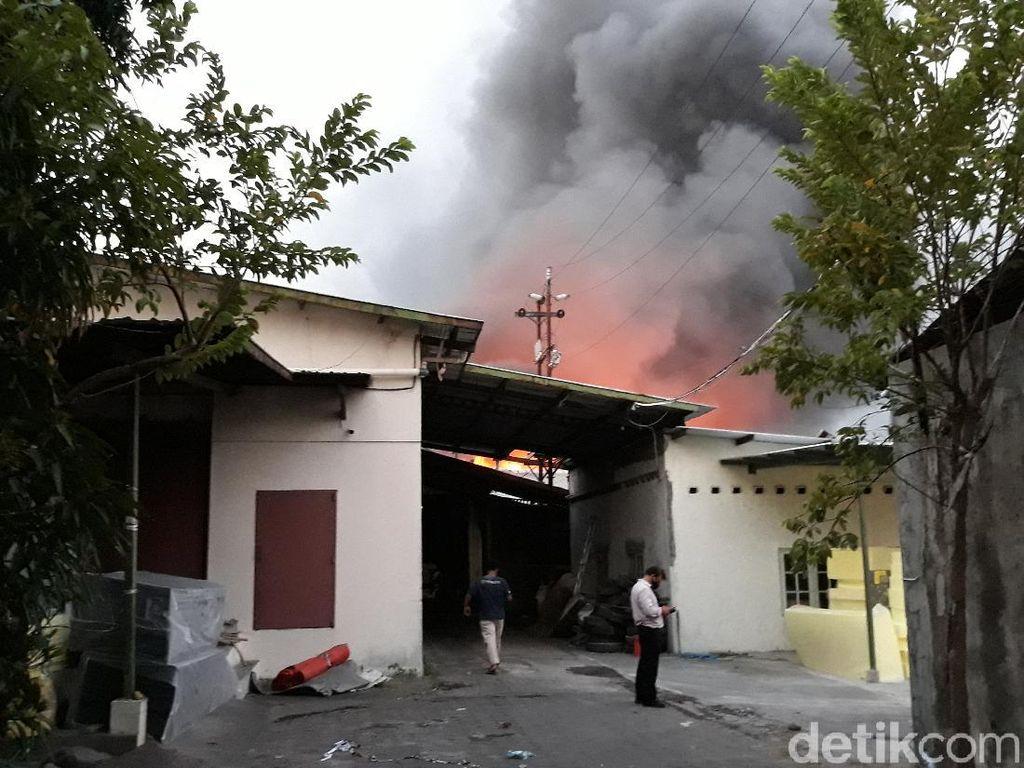 Pabrik Spons di Sukoharjo Terbakar Hebat, Asap Hitam Membubung