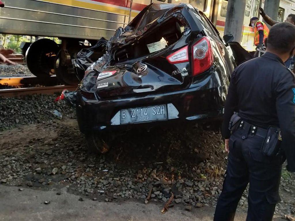 Mobil yang Tabrak KRL Ternyata Taksi Online yang Angkut Penumpang
