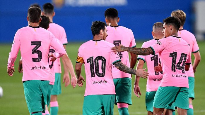 BARCELONA, SPAIN - SEPTEMBER 16: Lionel Messi of Barcelona celebrates with teammate Philippe Coutinho after scoring his sides third goal during the pre-season friendly match between FC Barcelona and Girona at Estadi Johan Cruyff on September 16, 2020 in Barcelona, Spain. (Photo by David Ramos/Getty Images)