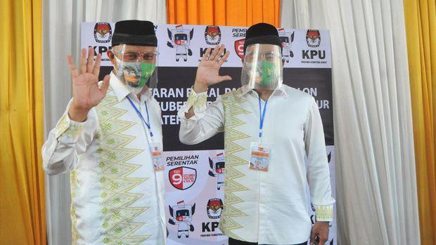 Pasangan bakal calon Gubernur dan Wakil Gubernur Sumatera Barat, Mahyeldi Ansharullah (kiri) dan Audy Joinaldy (kanan) menyapa wartawan usai menyerahkan berkas pendaftaran Pemilihan Gubernur di Kantor KPU Sumatera Barat di Padang, Sumatera Barat, Jumat (4/9/2020). Pasangan Mahyeldi Ansharullah dan Audy Joinaldy menjadi pasangan pertama yang mendaftar sebagai calon gubernur Sumatera Barat yang diusung PKS dan PPP. ANTARA FOTO/Iggoy el Fitra/wsj.