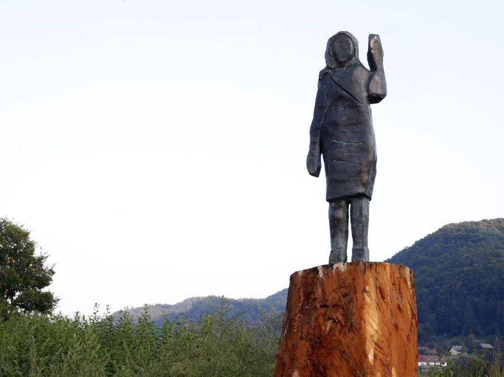 Patung Kayu Melania Trump Hangus, Kini Muncul Versi Perunggu