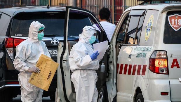 Tenaga kesehatan memeriksa ambulans di Rumah Sakit Darurat Penanganan COVID-19, Wisma Atlet Kemayoran, di Jakarta, Rabu (16/9/2020). Berdasarkan data pemerintah, jumlah kasus kumulatif hingga Rabu (16/9/2020) mencapai 228.993. AANTARA FOTO/Rivan Awal Lingga/foc.