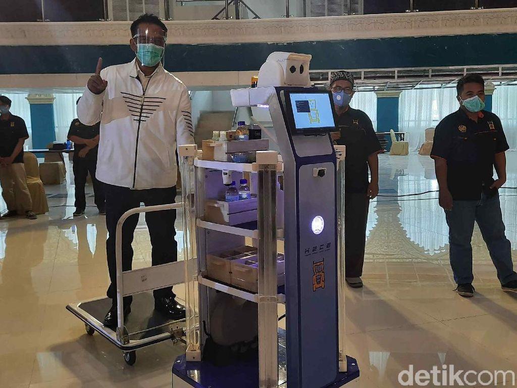 Menristek Launching Robot KECE Kedua Unesa yang Punya Fitur Terapi Musik