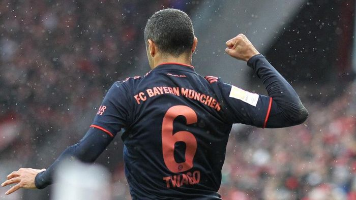 Bayern Munichs Spanish midfielder Thiago Alcantara celebrates after scoring the third goal during the German first division Bundesliga football match Mainz 05 v FC Bayern Munich in Mainz on February 1, 2020. (Photo by Daniel ROLAND / AFP) / RESTRICTIONS: DFL REGULATIONS PROHIBIT ANY USE OF PHOTOGRAPHS AS IMAGE SEQUENCES AND/OR QUASI-VIDEO