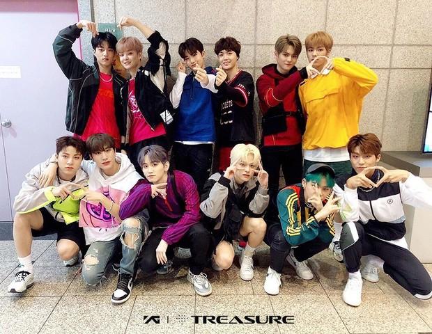 Saat debut dengan lagu 'BOY', mereka mengenakan outfit yang sporty. Terlihat mereka mengenakan jaket, celana pendek dan sepatu kets