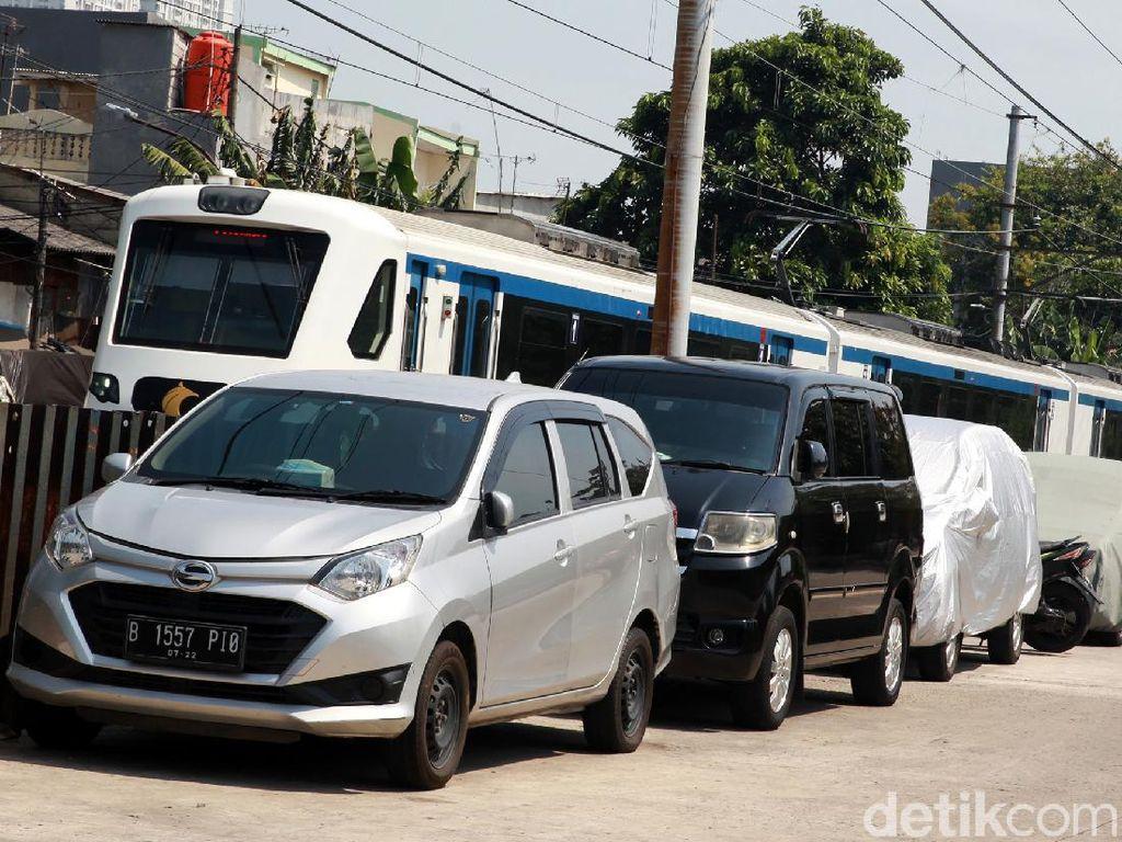 Warga Manfaatkan Jalan Lebar Jadi Lahan Parkir Inap