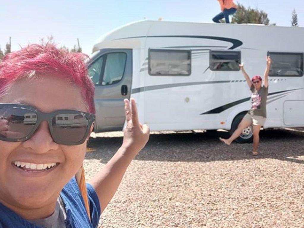 Foto: Duo Emak-emak yang Keliling Dunia dengan Van