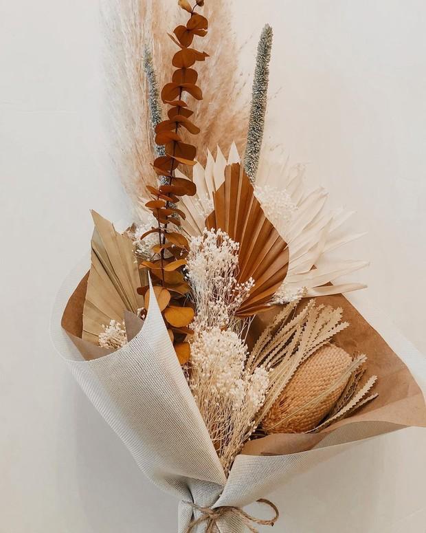 Bunga kering atau dried flowers bakalan bikin ruanganmu makin kece dan cantik.
