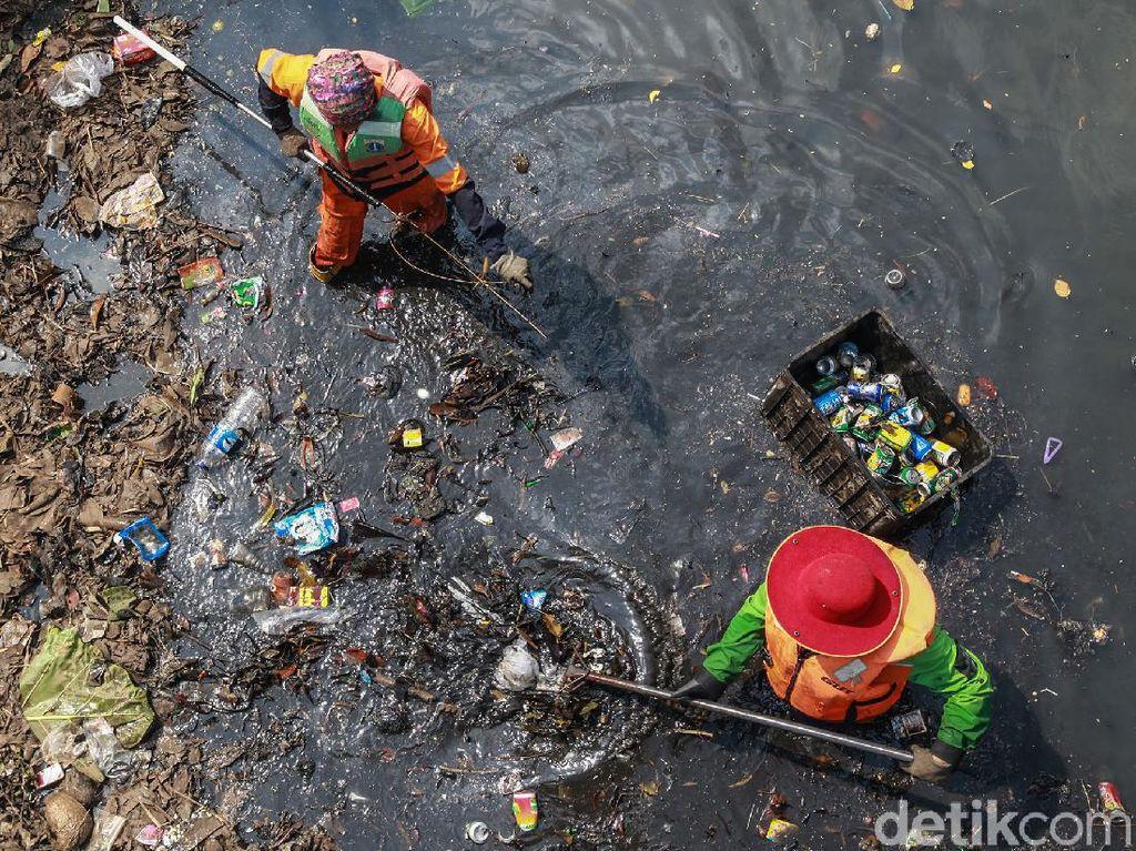 Warga Jakarta Masih Buang Sampah Sembarangan