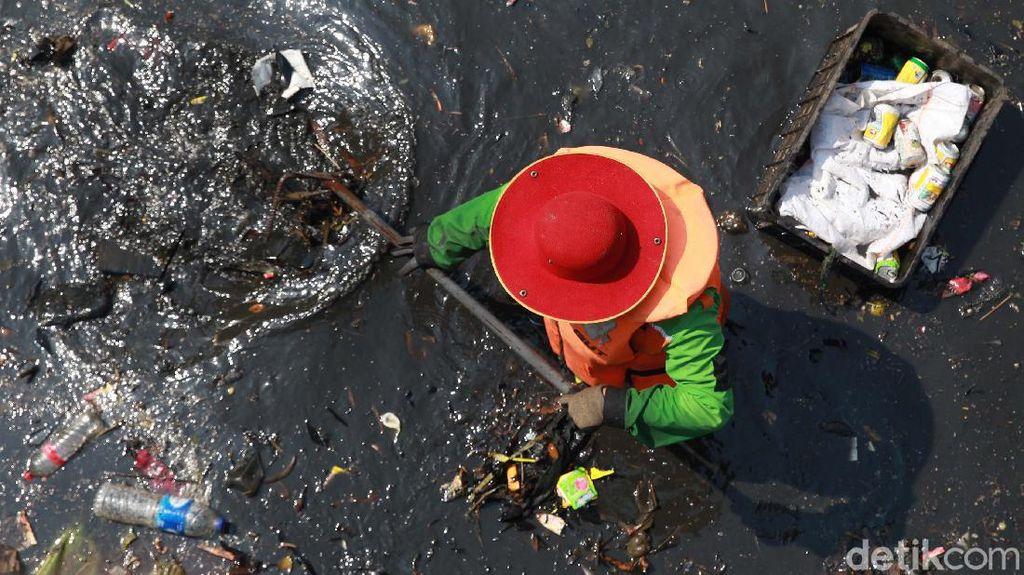 Sampah menumpuk di sungai di kawasan Bendungan Hilir, Jakarta. Sampah ini dibuang oleh warga secara sembarangan.