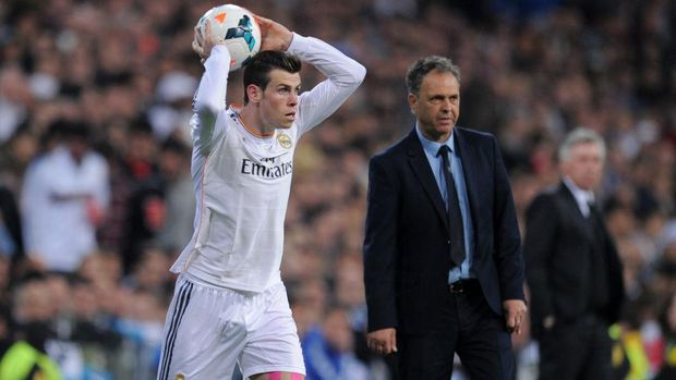 MADRID, SPAIN - MARCH 09:  Gareth Bale of Real Madrid CF takes a throw-in beside head coach Joaquin Caparros of Levante UD during the La Liga match between Real Madrid CF and Levante UD at Santiago Bernabeu stadium on March 9, 2014 in Madrid, Spain.  (Photo by Denis Doyle/Getty Images)