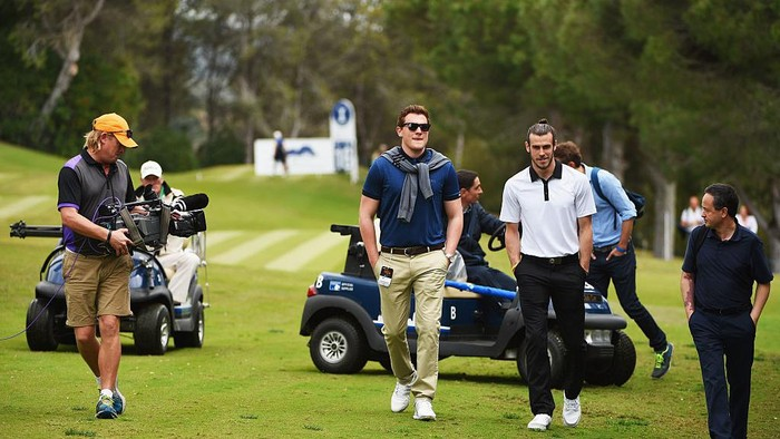 SOTOGRANDE, SPAIN - APRIL 17:  Real Madrid and Wales footballer Gareth Bale (2R) walks along the 16th fairway as he watches Sergio Garcias group on the 16th hole during the final round on day four of the Open de Espana at Real Club Valderrama on April 17, 2016 in Sotogrande, Spain.  (Photo by Ross Kinnaird/Getty Images)