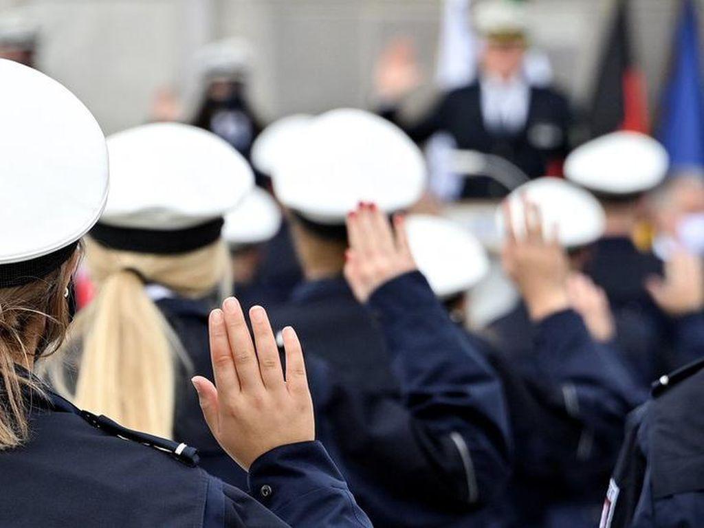 Bagikan Foto Hitler dan Simbol Nazi, Puluhan Polisi Jerman Diskors