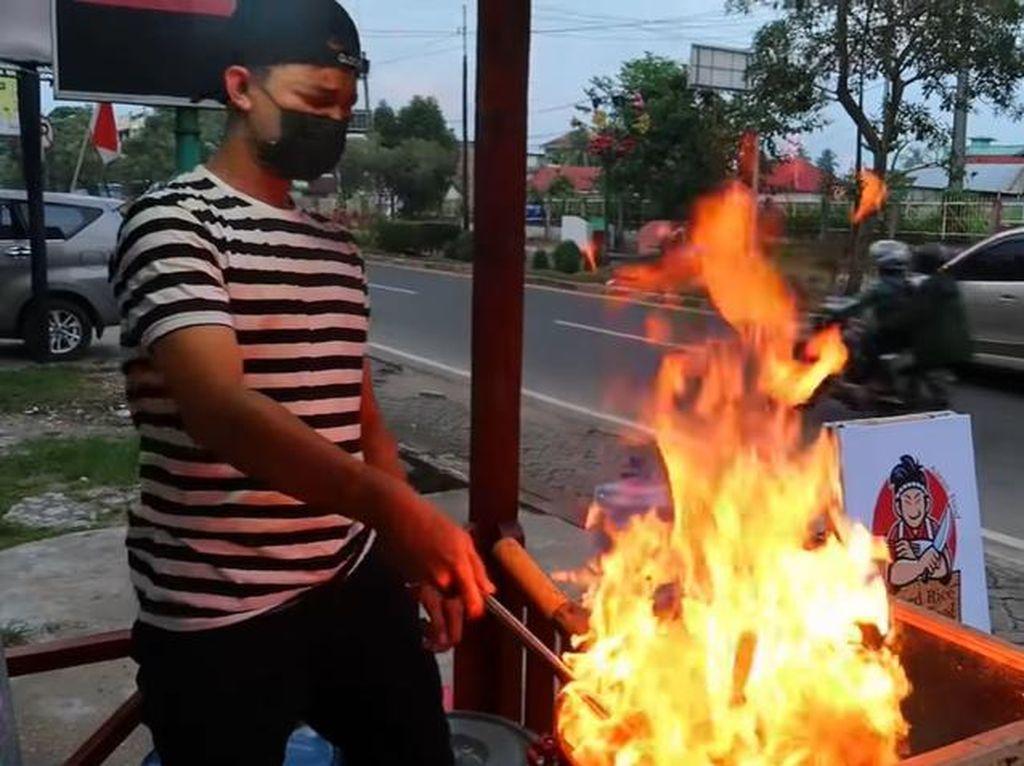 Mantan Chef di Brunei Ini Sekarang Jualan Nasgor Kaki Lima di Jambi