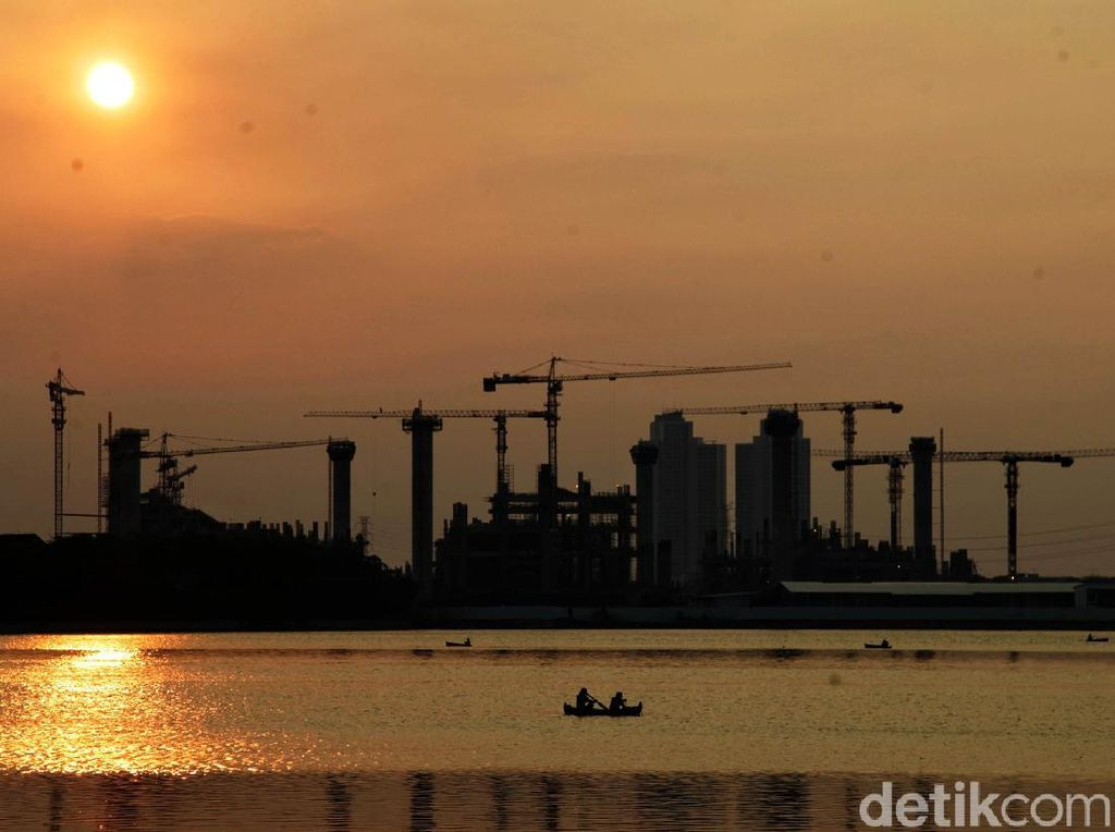 Pesona Matahari Terbenam di Utara Jakarta Saat PSBB Ketat