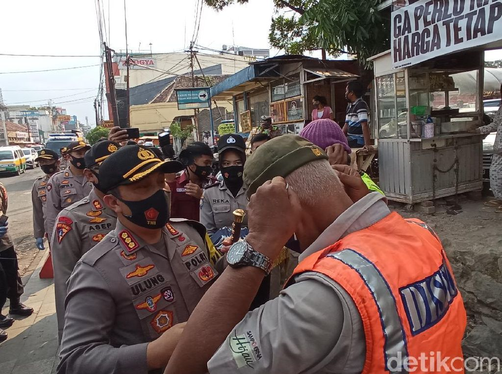 Puluhan Warga Tak Bermasker Terjaring Razia di Bandung