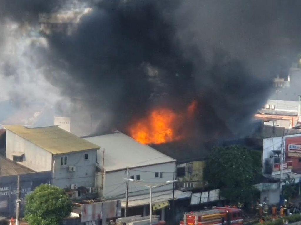 Video Kebakaran Rumah di Dekat Pasar Senen, Asap Membubung Tinggi