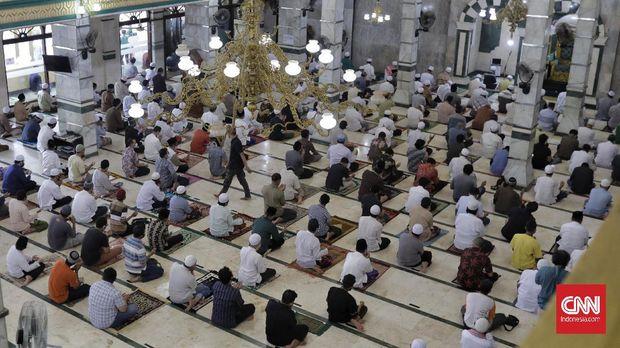 Umat muslim menjalankan solat Jumat di Masjid Jami' Al Munawar. Jakarta, 18 September 2020. Pengurus masjid tetap melaksanakan shalat Jumat di masa Pembatasan Sosial Berskala Besar (PSBB) dengan menerapkan protokol kesehatan untuk mencegah penyebaran COVID-19. Dewan Masjid Indonesia (DMI) Pusat mengimbau pengurus masjid meniadakan salat Jumat.