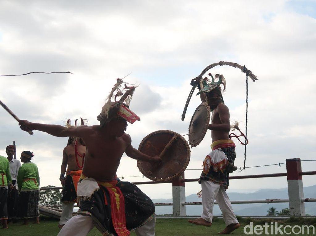 Foto: Tari Perang Bukti Kematangan Pria Flores