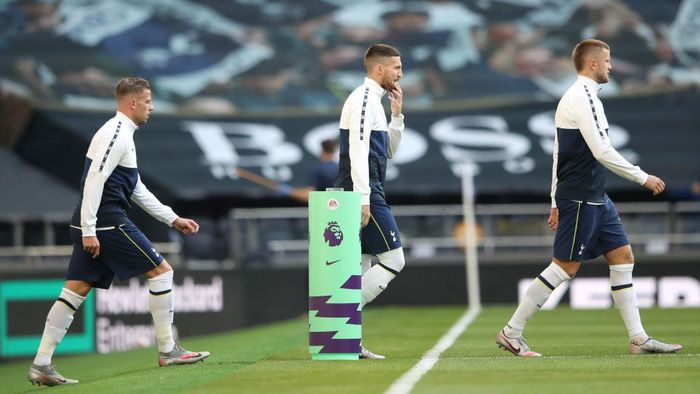 LONDON, ENGLAND - SEPTEMBER 13: (L-R) Toby Alderweireld, Matt Doherty and Eric Dier of Tottenham Hotspur walk out prior to the Premier League match between Tottenham Hotspur and Everton at Tottenham Hotspur Stadium on September 13, 2020 in London, England. (Photo by Alex Pantling/Getty Images)