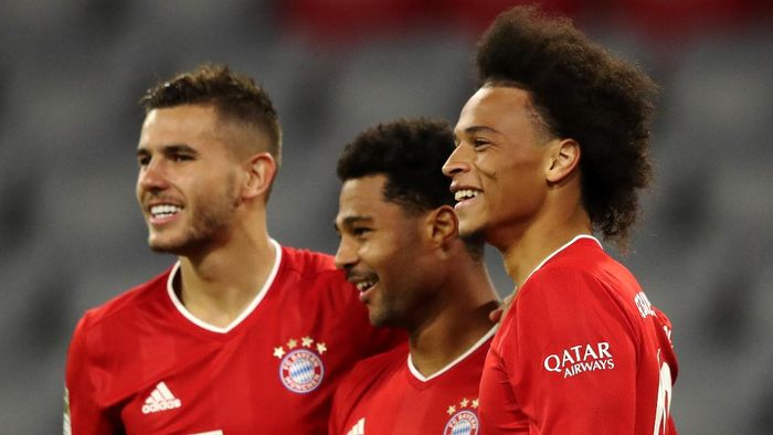 MUNICH, GERMANY - SEPTEMBER 18:  Serge Gnabry of Bayern Munich celebrates scoring his teams fourth goal of the game with team mates Lucas Hernandez and Leroy Sane during the Bundesliga match between FC Bayern Muenchen and FC Schalke 04 at Allianz Arena on September 18, 2020 in Munich, Germany. Fans are set to return to Bundesliga stadiums in Germany despite to the ongoing Coronavirus Pandemic. Up to 20% of stadiums capacity are allowed to be filled. Final decisions are left to local health authorities and are subject to clubs hygiene concepts and the infection numbers in the corresponding region. The match in Munich is played behind closed doors due to the high number of new Covid-19 cases in the city of Munich. (Photo by Alexander Hassenstein/Getty Images)
